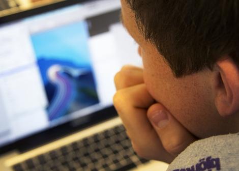 Gutt som ser på skjerm