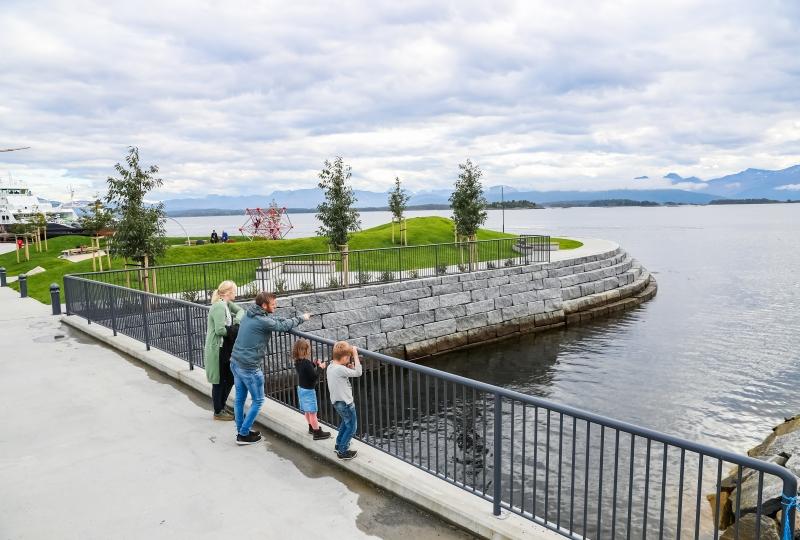 ingvild og Håkon i Molde, og viktor og Ella ser ut over sjøen