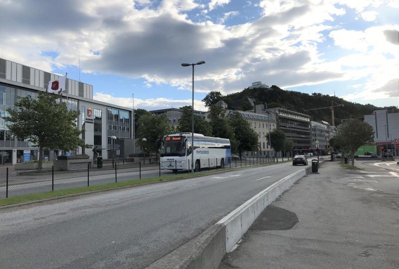 Bilde av ein buss som køyrer på ein veg